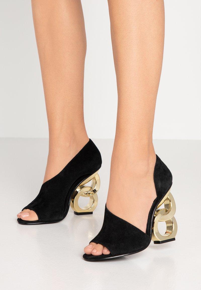 Kat Maconie - Højhælede peep-toes - black/gold