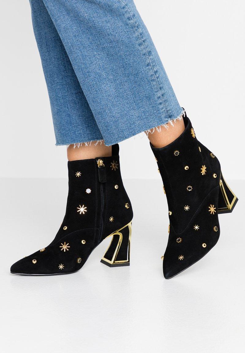 Kat Maconie - LYRA - High Heel Stiefelette - black/gold