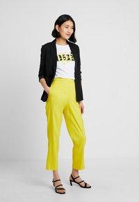 Karen Millen - SHARP SUMMER - Stoffhose - yellow - 1