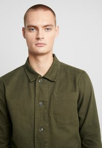 Knowledge Cotton Apparel - HEAVY OVERSHIRT WITH SIDE POCKETS - Hemd - green forest - 4
