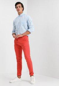 Knowledge Cotton Apparel - PISTOL JOE - Chino kalhoty - spiced coral - 1