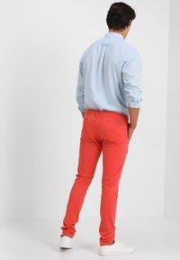 Knowledge Cotton Apparel - PISTOL JOE - Chino kalhoty - spiced coral - 2