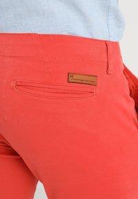 Knowledge Cotton Apparel - PISTOL JOE - Chino kalhoty - spiced coral - 6