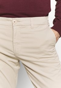 Knowledge Cotton Apparel - CHUCK LOOSE CHINO - Chinot - light feather gray - 4