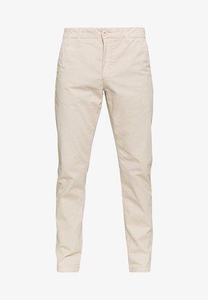 CHUCK LOOSE CHINO - Chino kalhoty - light feather gray