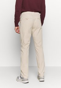 Knowledge Cotton Apparel - CHUCK LOOSE CHINO - Chinot - light feather gray - 2