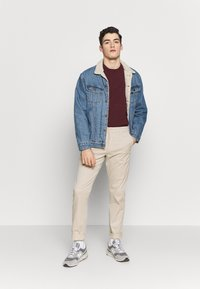 Knowledge Cotton Apparel - CHUCK LOOSE CHINO - Chinot - light feather gray - 1