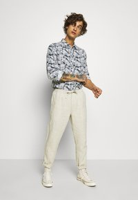 Knowledge Cotton Apparel - BIRCH LOOSE HEAVY PANT - Kalhoty - light feather gray - 1