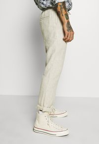 Knowledge Cotton Apparel - BIRCH LOOSE HEAVY PANT - Kalhoty - light feather gray - 3