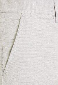 Knowledge Cotton Apparel - CHUCK REGULAR - Shorts - mottled grey - 2