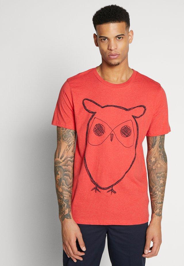 ALDER BIG OWL TEE - Triko spotiskem - scarlet melange