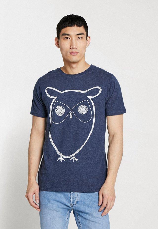ALDER BIG OWL TEE - T-shirt z nadrukiem - insigna blue melange