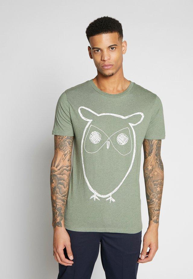 ALDER BIG OWL TEE - Print T-shirt - gren melange