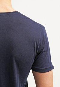 Knowledge Cotton Apparel - BASIC FIT O-NECK - Jednoduché triko - dunkelblau - 5
