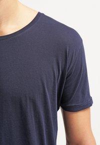 Knowledge Cotton Apparel - BASIC FIT O-NECK - Jednoduché triko - dunkelblau - 4
