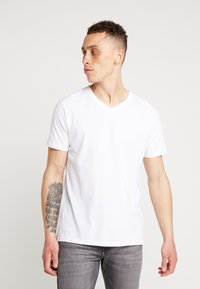 Knowledge Cotton Apparel - BASIC REGULAR FIT V-NECK TEE - T-paita - bright white - 0