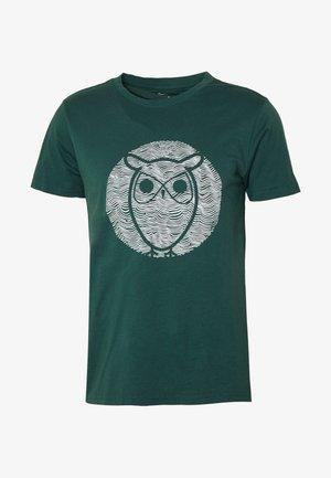 ALDER WAVE OWL TEE - Printtipaita - pineneedle
