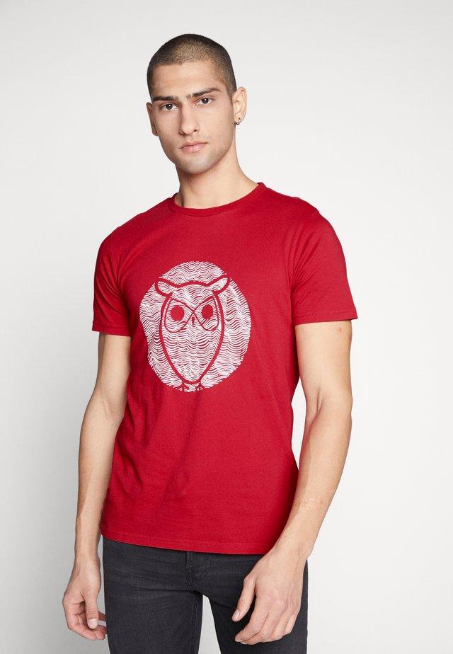 ALDER WAVE OWL TEE - Printtipaita - scarlet