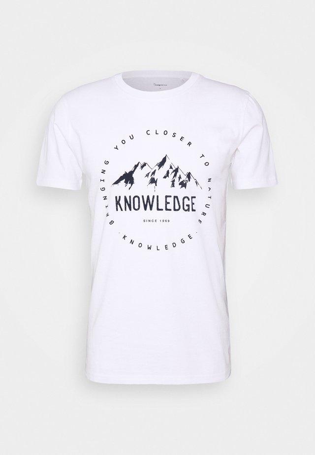 ALDER MOUNTAIN TEE - T-shirt z nadrukiem - white