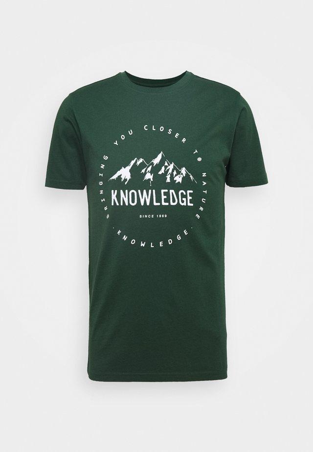 ALDER MOUNTAIN TEE - T-shirt z nadrukiem - green
