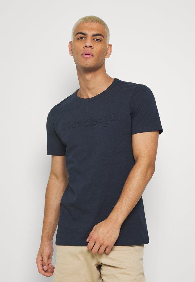 ALDER KNOWLEDE TEE - T-shirt z nadrukiem - dark blue