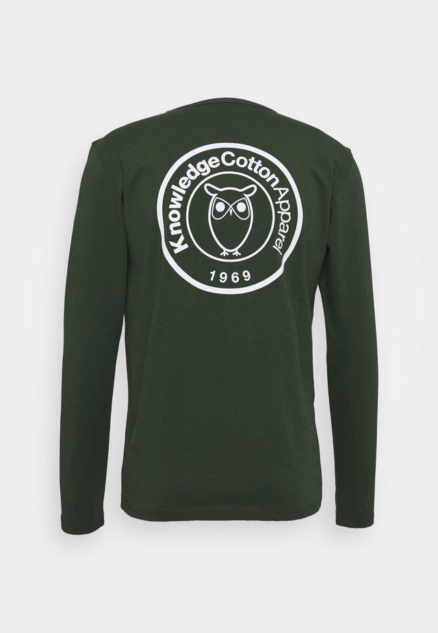 LOCUST BIG BACK PRINT LONG SLEEVE - Bluzka z długim rękawem - green