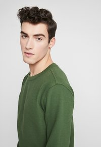 Knowledge Cotton Apparel - RIBBING  - Mikina - green forest - 3