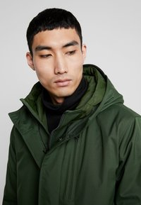 Knowledge Cotton Apparel - LONG SOFT SHELL JACKET  - Talvitakki - green forest - 3