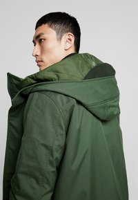 Knowledge Cotton Apparel - LONG SOFT SHELL JACKET  - Talvitakki - green forest - 5