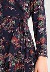 Kookai - ROBE CROISEE IMP BOUQUET SAUVAGE - Day dress - marine