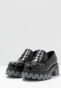 Koi Footwear - VEGAN GENSAI ASHEN PIERCED LOAFERS  - Platåpumps - black shine/grey - 4