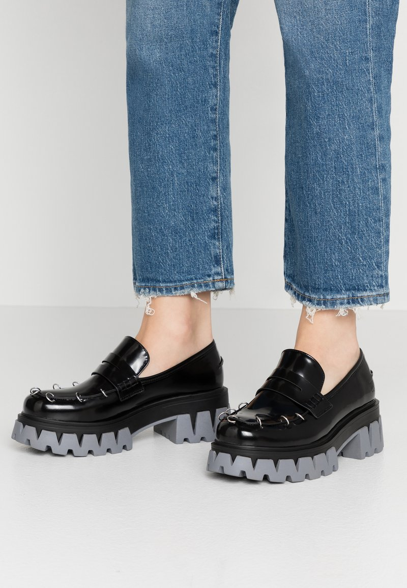 Koi Footwear - VEGAN GENSAI ASHEN PIERCED LOAFERS  - Platåpumps - black shine/grey