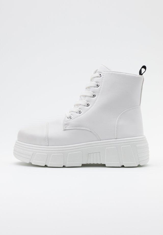 VEGAN - Kotníkové boty na platformě - white