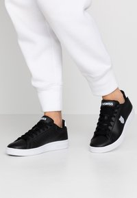 K-SWISS - COURT SHIELD - Zapatillas - black/white - 0