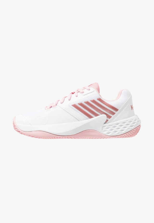 AERO COURT HB - Tennisskor för grus - white/coral blush/metallic rose