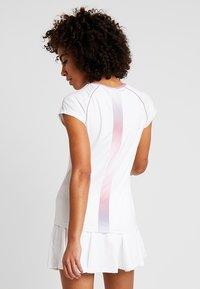 K-SWISS - HYPERCOURT ADVANTAGE TEE - T-shirt z nadrukiem - white - 4