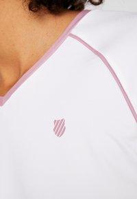 K-SWISS - HYPERCOURT ADVANTAGE TEE - T-shirt z nadrukiem - white - 7