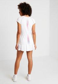 K-SWISS - HYPERCOURT ADVANTAGE TEE - T-shirt z nadrukiem - white - 2