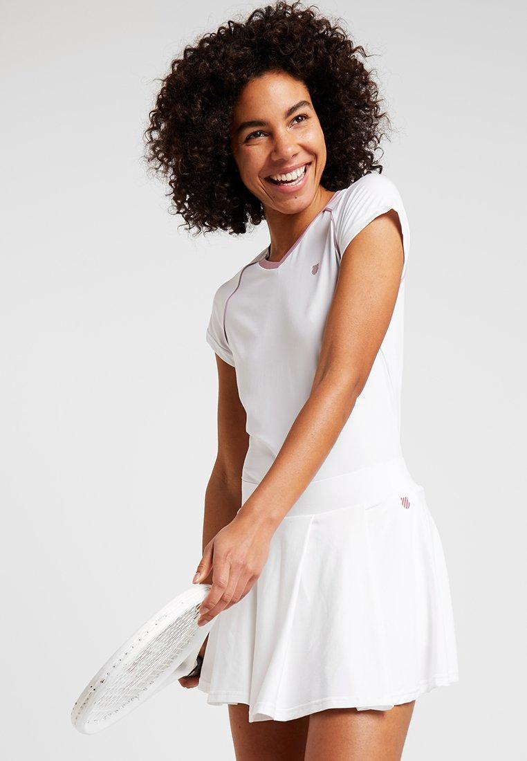 K-SWISS - HYPERCOURT ADVANTAGE TEE - T-shirt z nadrukiem - white