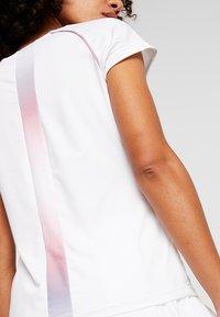K-SWISS - HYPERCOURT ADVANTAGE TEE - T-shirt z nadrukiem - white - 5