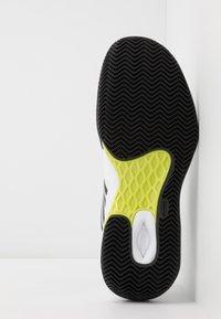 K-SWISS - AERO COURT HB - Zapatillas de tenis para tierra batida - white/black/yellow - 4