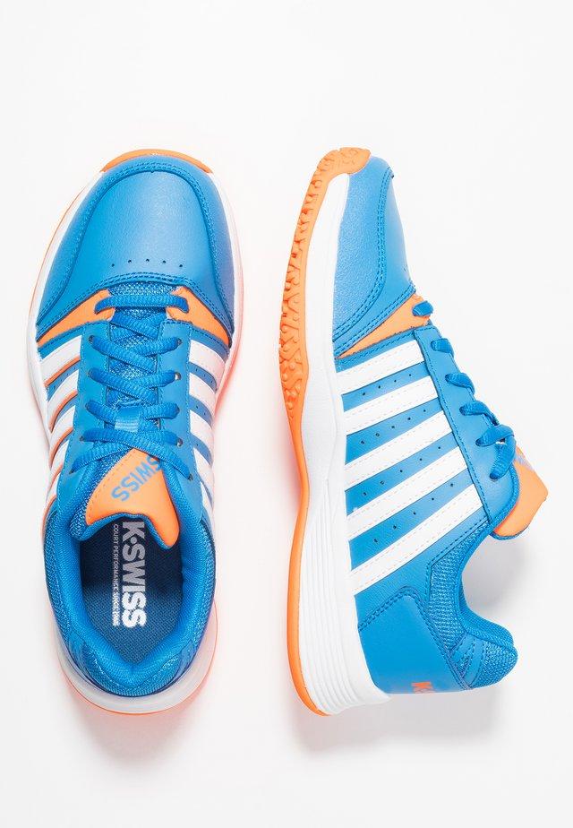 COURT SMASH OMNI - Tenisové boty na všechny povrchy - brilliant blue/white/neon orange