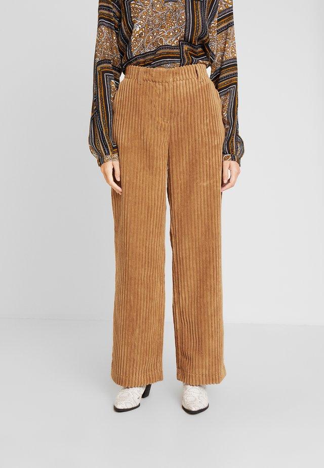 OYTON WIDE PANTS - Pantalon classique - cinnamon stick