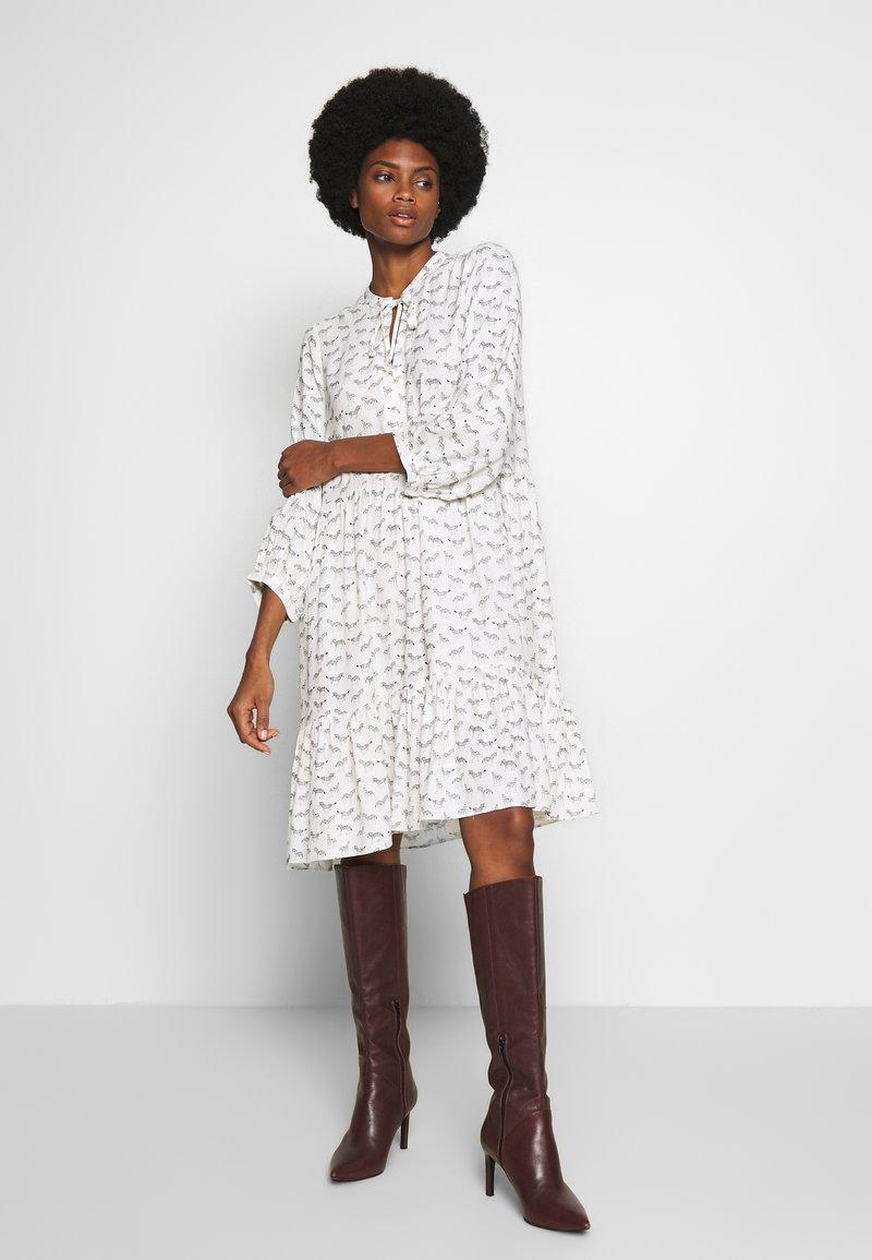 Karen by Simonsen - CEBRAKB TUNIC DRESS - Denní šaty - egret
