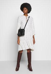 Karen by Simonsen - CEBRAKB TUNIC DRESS - Denní šaty - egret - 1