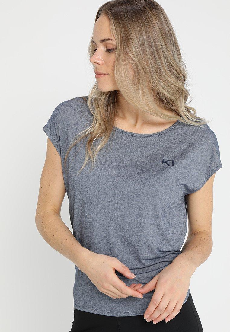 KariTraa - CELINA TEE - Camiseta estampada - naval
