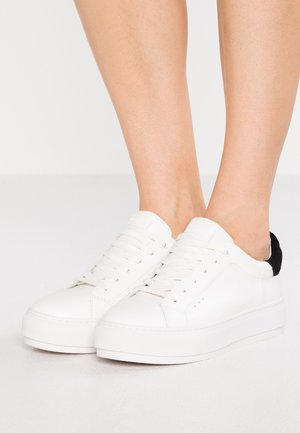 LANEY - Matalavartiset tennarit - white