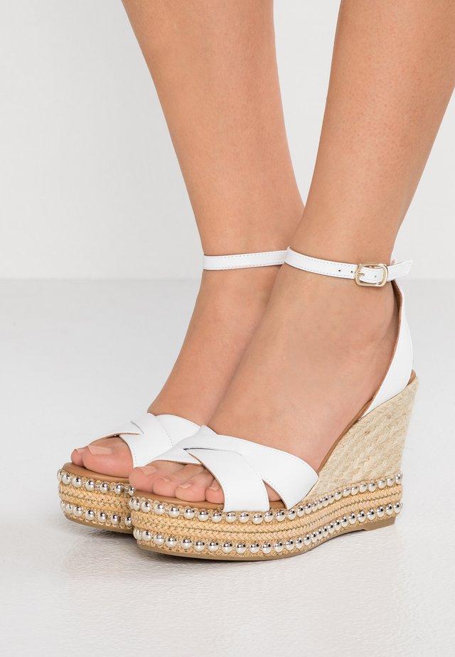 AMELIA - Korolliset sandaalit - white