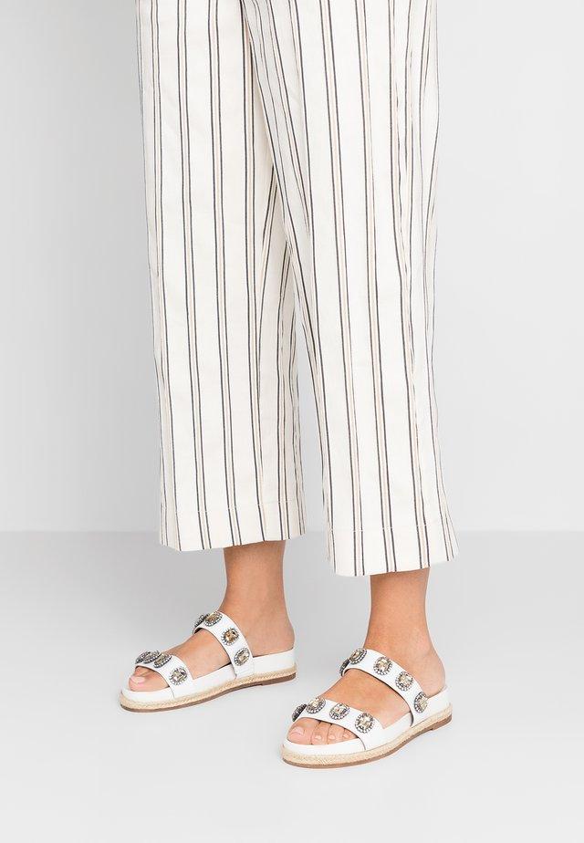 MAIDEN - Pantolette flach - white