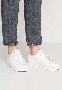 Kurt Geiger London - LANE - Sneakers basse - white - 0